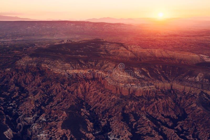 Meer und Riffe Ein Begriffsbild eines entfernten Kosmos und des unbewohnten Planeten Sonnenlicht über dem hügeligen Gelände von stockfoto
