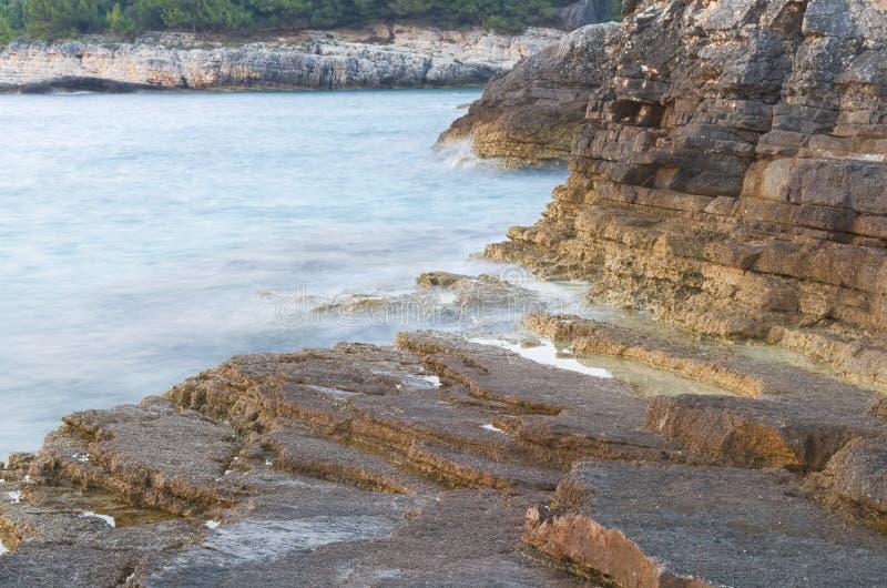 Meer und Rocky Shore Long Exposure stockfotografie