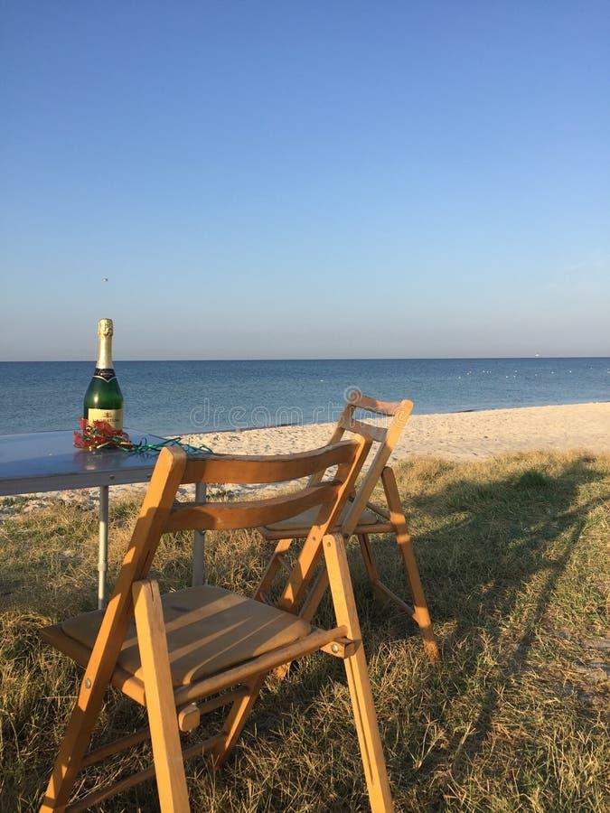 Meer und Stühle lizenzfreie stockfotografie