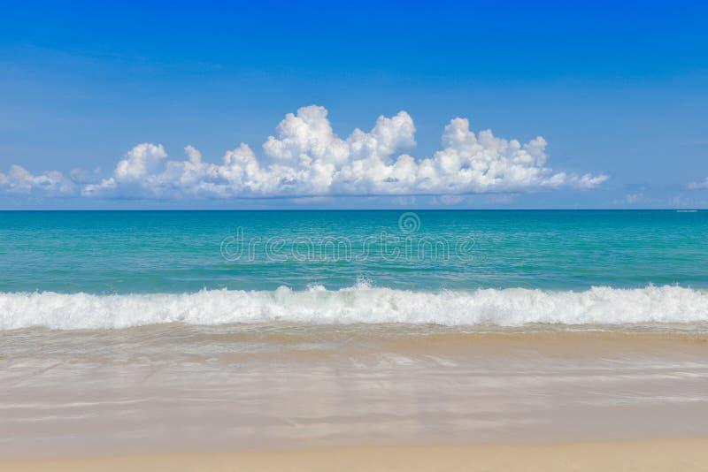 Meer und tropisches Meer des Sandes unter blauem Himmel lizenzfreie stockfotos