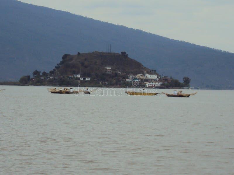 Meer van Patzcuaro in Mexico met Janitzio-Eiland aan centrum en vissers het werken royalty-vrije stock foto