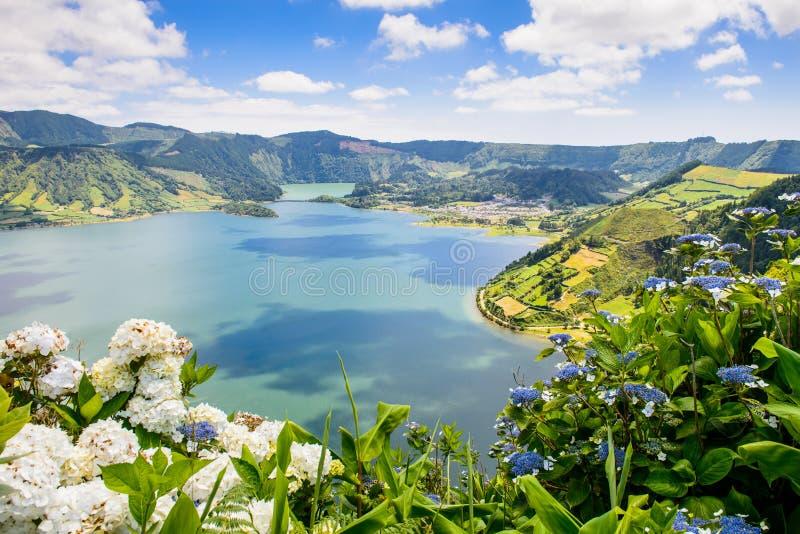 Meer van Sete Cidades met hortensia, de Azoren royalty-vrije stock afbeeldingen