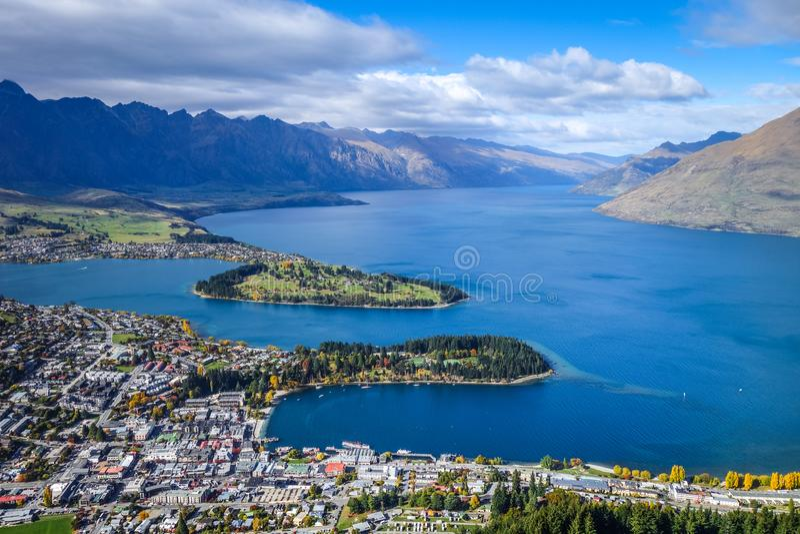 Meer Wakatipu en Queenstown, Nieuw Zeeland stock afbeeldingen