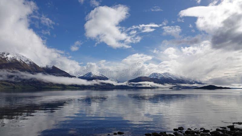 Meer Wakatipu op de toneelaandrijving van Glenorchy, Nieuw Zeeland stock afbeelding
