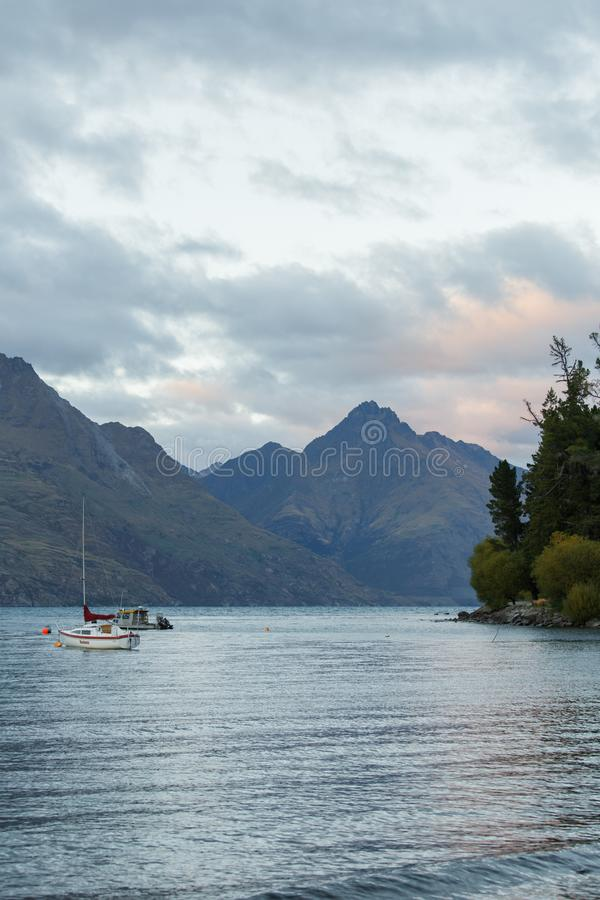 Meer Wakatipu in Queenstown bij zonsopgang stock foto's
