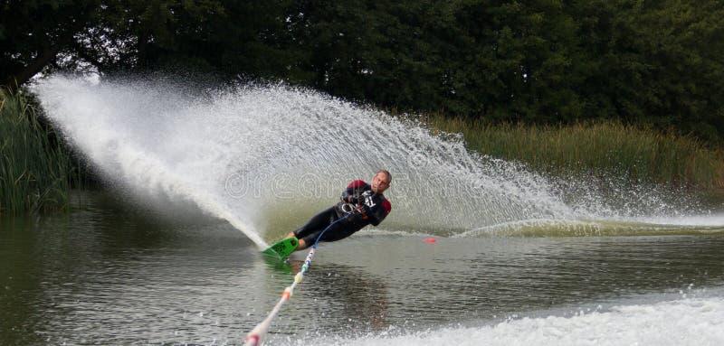 Meer waterskier slalom royalty-vrije stock afbeeldingen