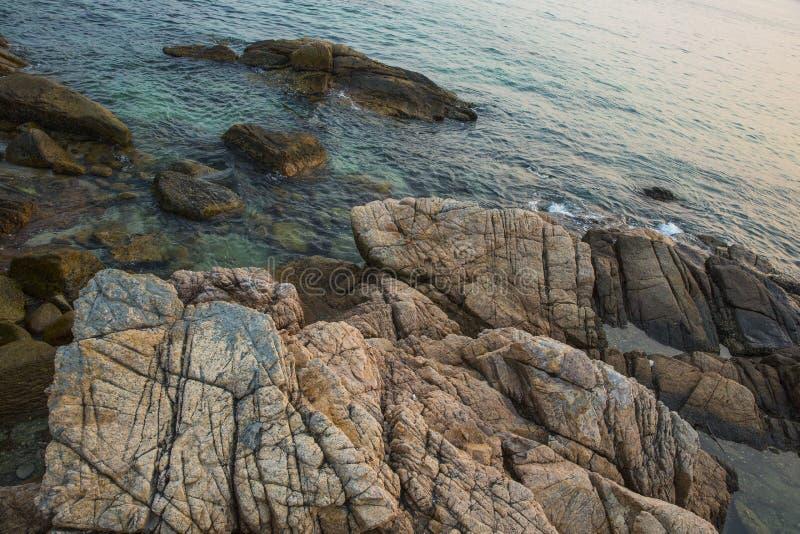 Meer, Wellen, Sand und Steine stockfotos