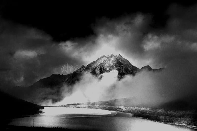 Meer, wolk en berg bij selapas royalty-vrije stock foto