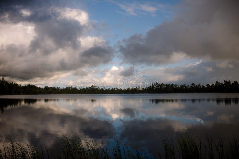 Meer, wolken en bezinning royalty-vrije stock fotografie
