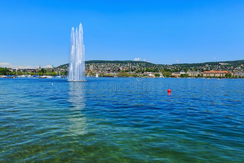 Meer Zürich in Zwitserland in zomer stock foto's