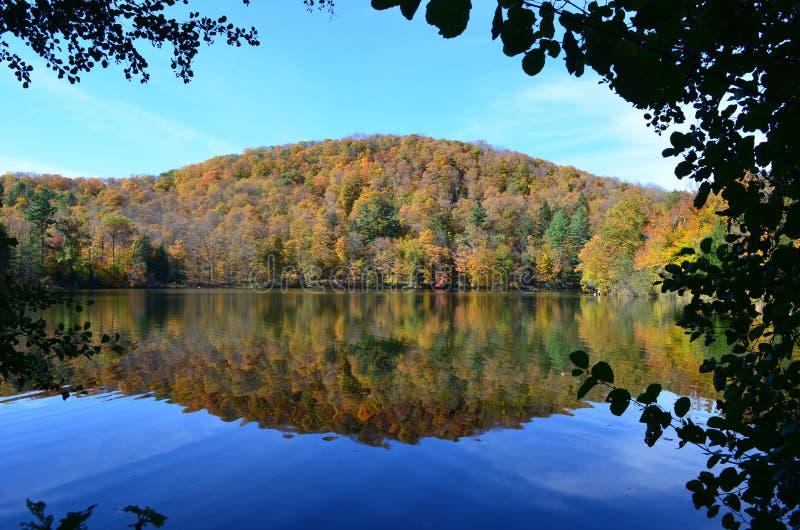 Meerbezinning in de Herfst boven op een Berg van Vermont stock fotografie