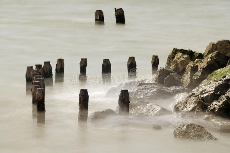 Meerblick auf den Felsen lizenzfreie stockfotos