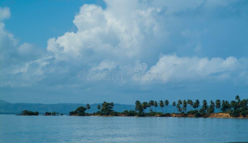 Meerblick, Bucht, die zum blauen Himmel überläuft stockbild