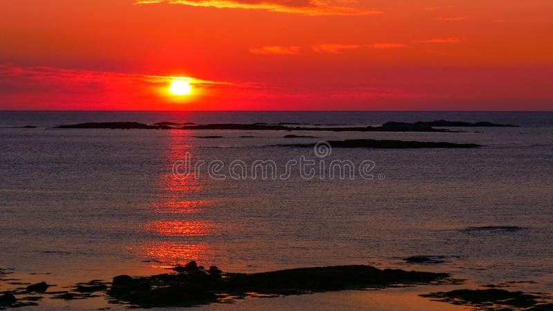 Meerblick an der Mitternachtssonne auf Andoya, Norwegen stockbilder