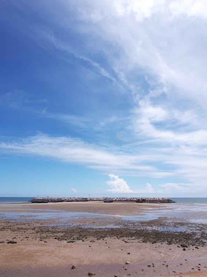 Meerblick; Kleines Fischerboot auf Strand im blauen Himmel stockfotografie
