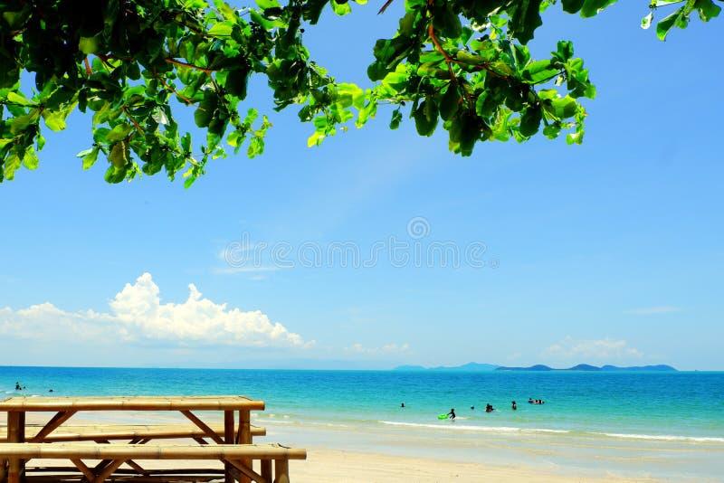 Meerblick mit blauem Himmel in Thailand stockbilder