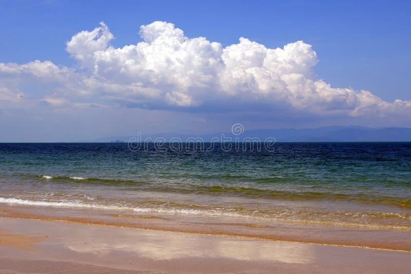 Meerblick mit blauem Himmel in Thailand lizenzfreie stockfotos