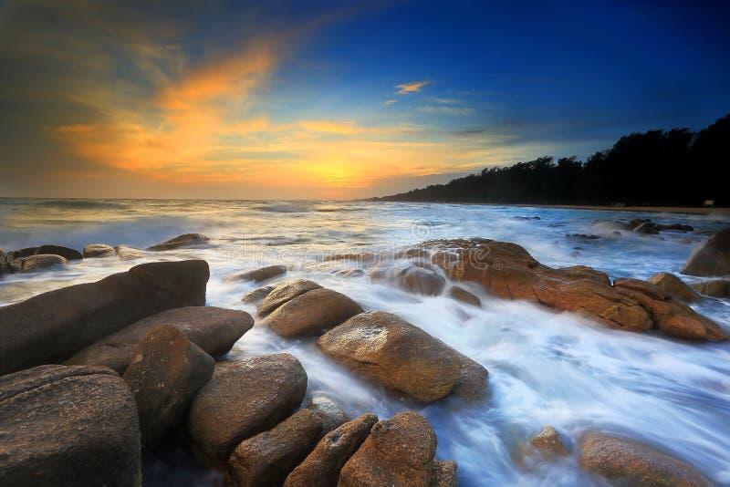 Meerblick mit Felsen und Wasser stockbild