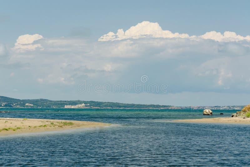 Meerblick mit Horizontlinie und weißen Wolken im blauen Himmel Seeansicht vom Sandstrand Ozean entspannen sich, Reise im Freien stockfoto