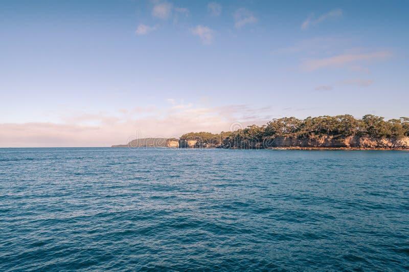 Meerblick mit Insel der toten Ansicht in Port Arthur in Tasmanien, Australien stockfotos