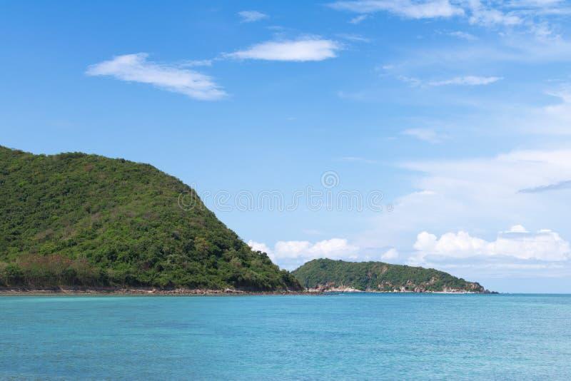 Meerblick mit Insel und blauem Himmel Insel Samae San, Thailand lizenzfreie stockfotos
