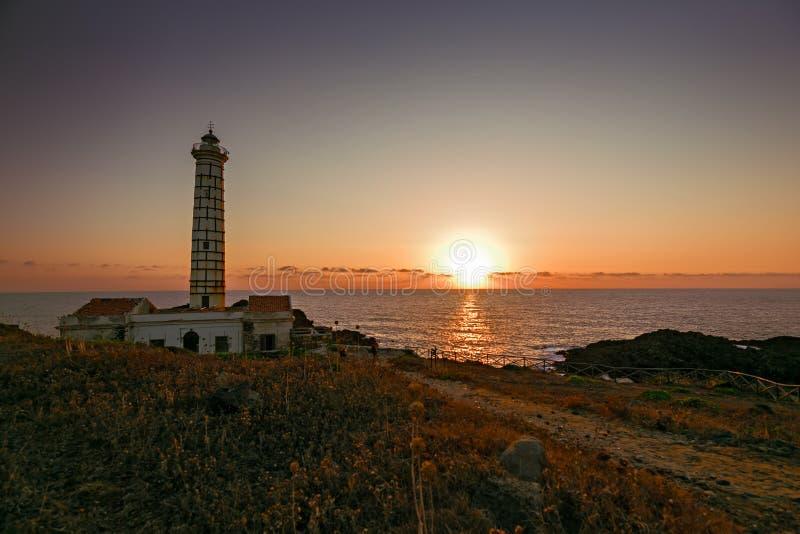 Meerblick mit Leuchtturm und Sonnenuntergang bei Sonnenuntergang auf Ustica-Insel I lizenzfreies stockbild