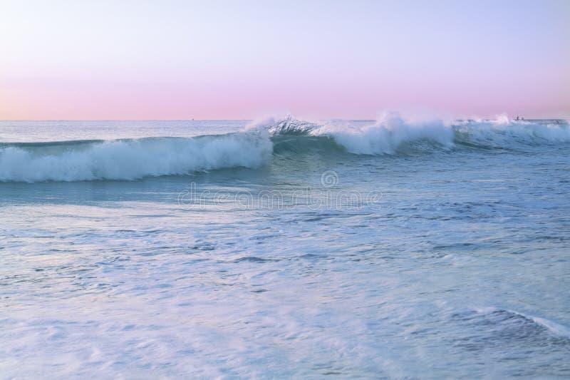 Meerblick mit Pastellfarben während des Sonnenaufgangs stockfotos