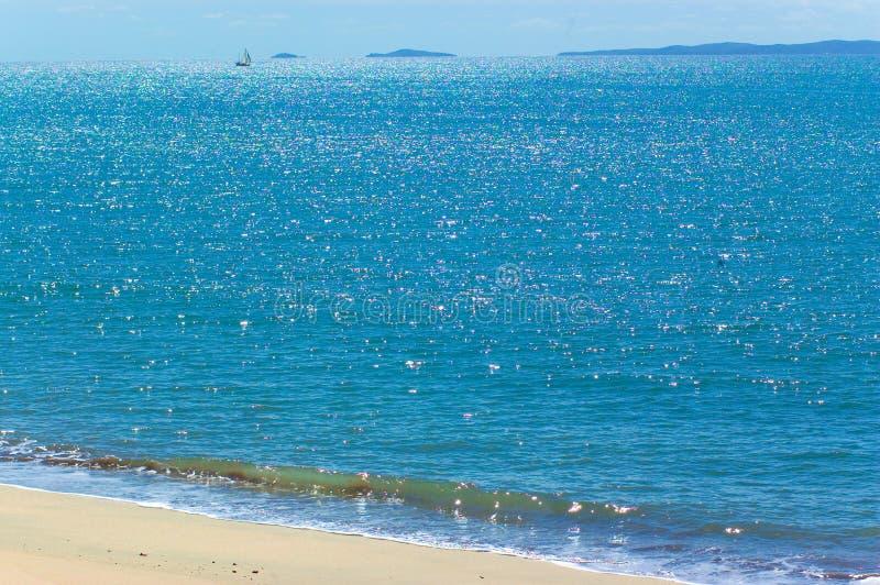 Meerblick mit Segelnboot lizenzfreies stockbild