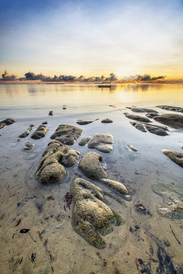 Meerblick mit Steinen am Strand und am blauen Himmel lizenzfreie stockfotos