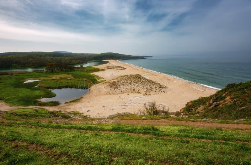 Meerblick mit Strand am Mund des Veleka-Flusses, Sinemorets-Dorf, Burgas-Region, Bulgarien lizenzfreie stockfotografie