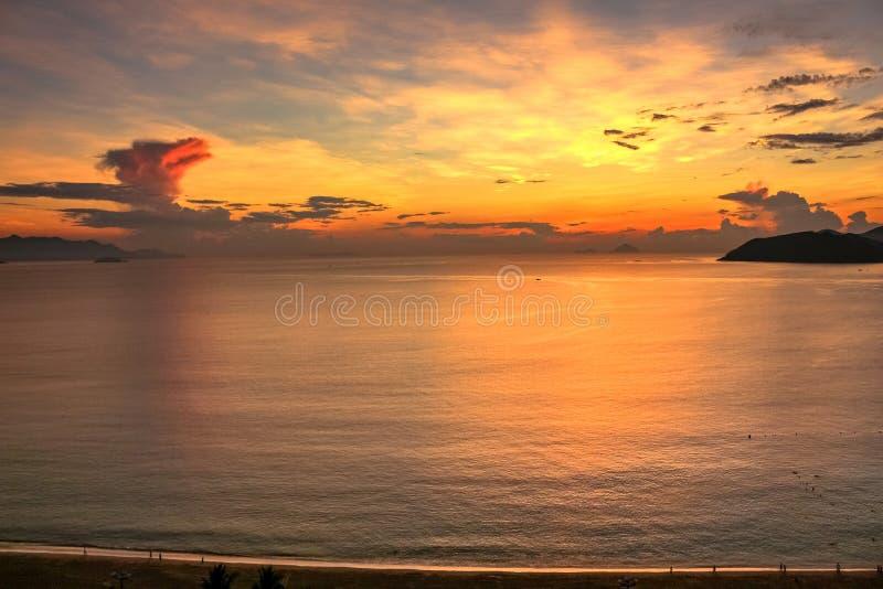 Meerblick mit Vogelperspektive von Strand, von Bucht und von Inseln Nha Trang an der bunten Dämmerung stockfotos