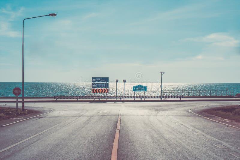 Meerblick-Standpunkt mit Asphaltstraße entlang blauem Meer bei Kung Wiman Bay, Chanthaburi-Provinz, Thailand stockfotografie