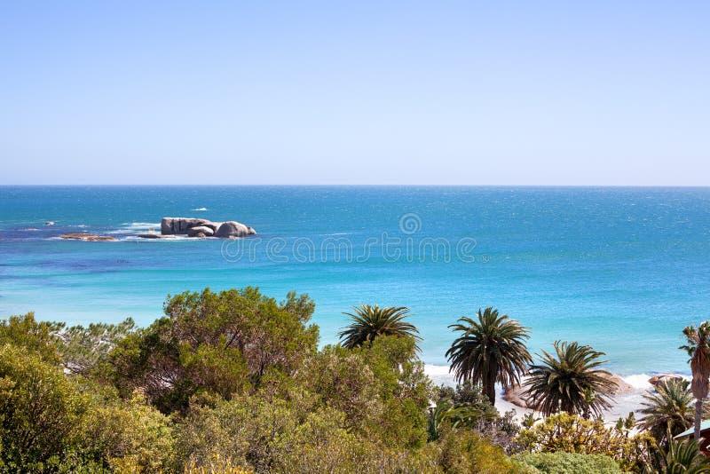 Meerblick, Türkisozeanwasser und Panorama des blauen Himmels, schöne Seenaturlandschaft, Küstenreise Cape Towns, Südafrika stockfotos
