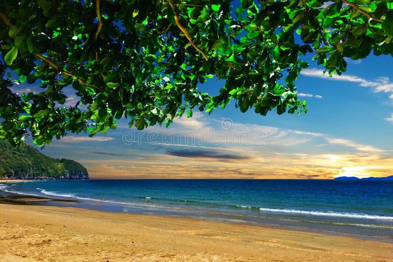 Meerblick in Thailand mit blauem Himmel lizenzfreie stockbilder