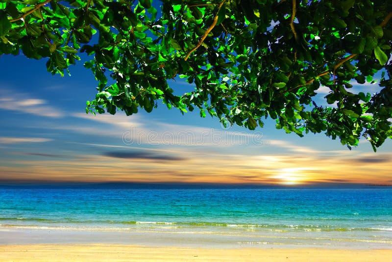 Meerblick in Thailand mit blauem Himmel stockfoto