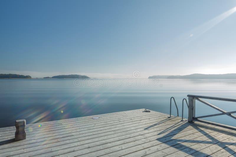 Meerblick vom Baden des Piers mit einem Sonnenstrahl lizenzfreies stockfoto