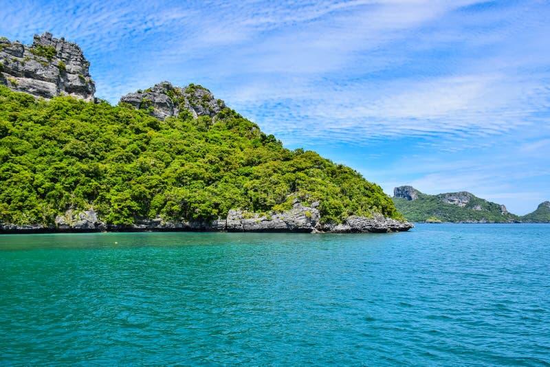 Meerblick von Thailand-Meer und -insel in einem klaren blauen Himmel lizenzfreie stockbilder