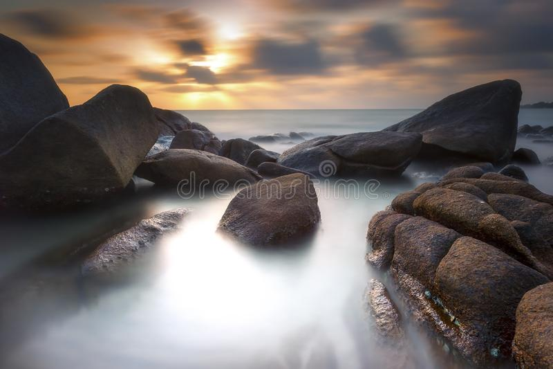 Meerblick während des Sonnenuntergangs Schöner natürlicher Meerblick stockbild