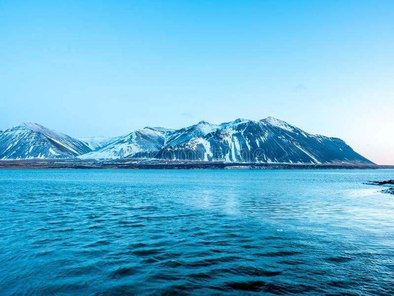 Meerblickansicht in Borganes, Island lizenzfreie stockfotos