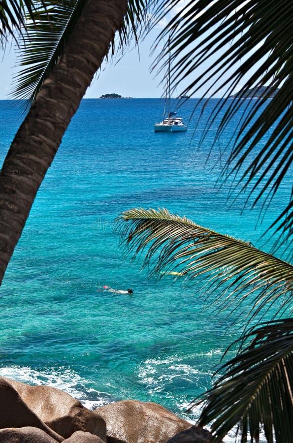 Meerblickansicht mit einer Yacht stockfotografie