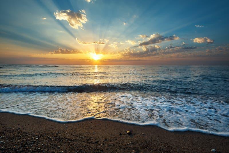Meerblickhintergrund mit auf Sonnenaufgang stockfotos