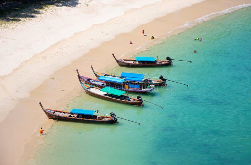Meerblickkurvenstrand mit touristischem hölzernem Boot in der schönen Farbe des Sommers in natürlichem südlichem von Thailand-Hin stockbilder