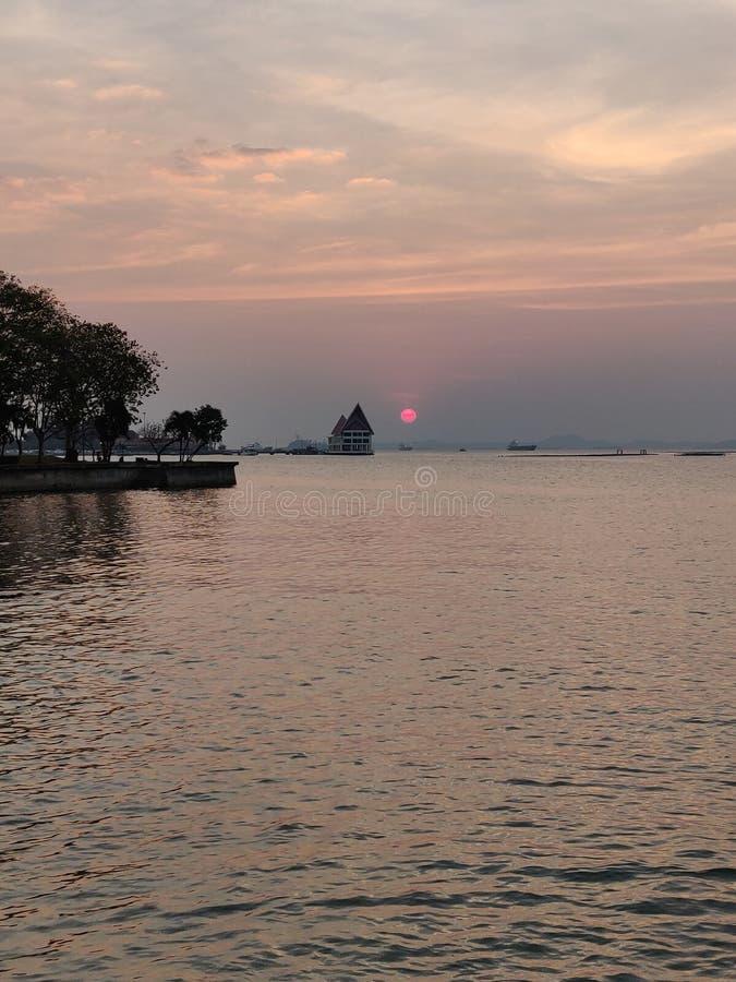 Meerblicksonnenuntergang bei Koh Loy, Sri Racha, Chonburi, Thailand stockfotos