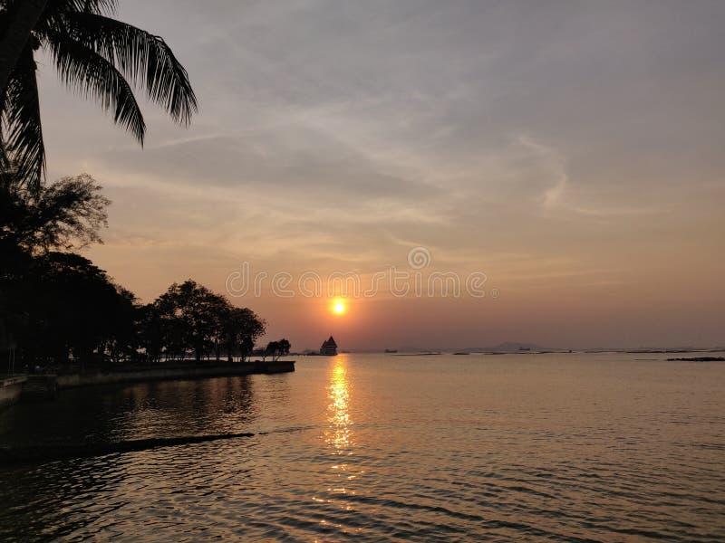 Meerblicksonnenuntergang bei Koh Loy, Sri Racha, Chonburi, Thailand lizenzfreies stockbild
