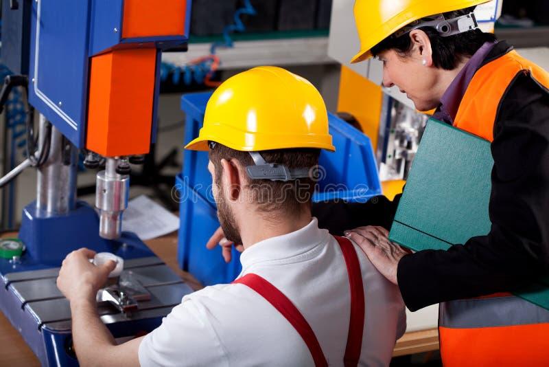 Download Meerdere Met Arbeider In Pakhuis Stock Foto - Afbeelding bestaande uit technologie, wijfje: 39101554