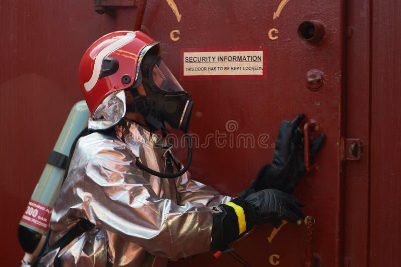 An meeres- Oktober 2017: Internationale Schiffsbesatzung, die Monatsbrandschutzübungsübung durchführt lizenzfreie stockfotografie