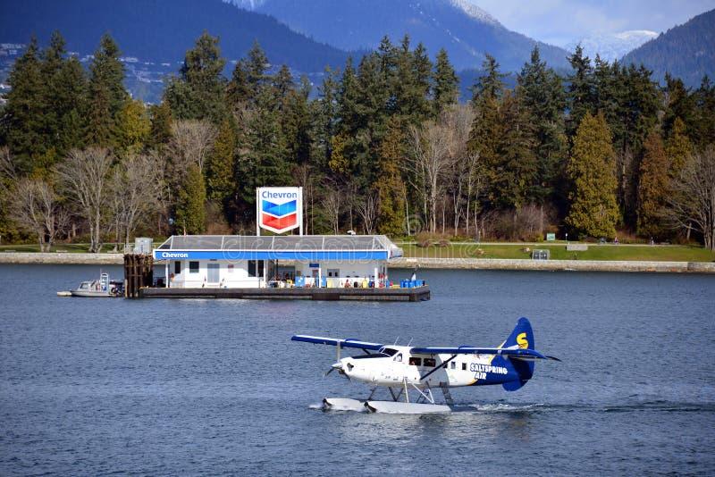 Meeresflugzeug und Chevron-Schiffskraftstoffschleppkahn in Vancouver, Kanada stockbilder