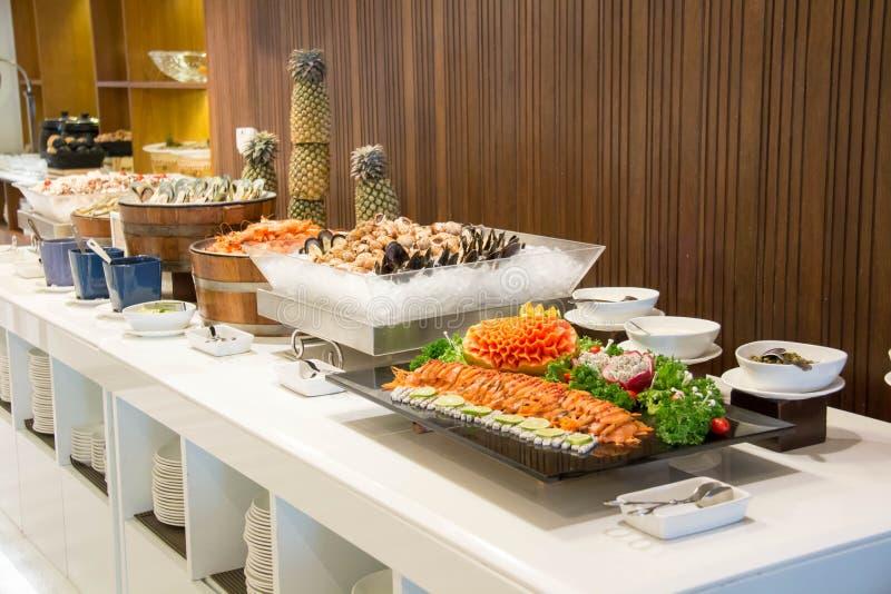 Meeresfrüchte auf Eis im Restaurantbuffet stockfoto