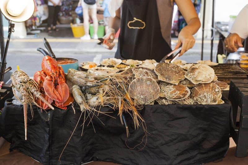 Meeresfrüchte, die auf Straßenmarkt in Phuket, Thailand verkaufen stockbilder