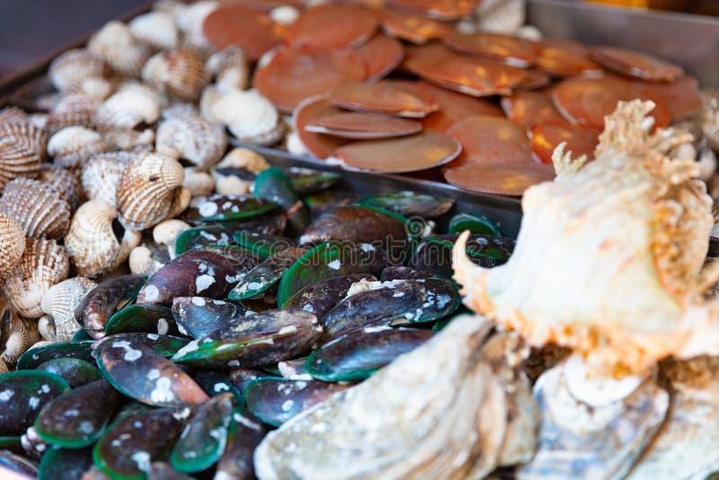 Meeresfrüchte für Verkauf bei lokalem thailändischem Market Street lizenzfreie stockbilder